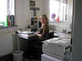 Dieses Bild zeigt Frau Ines Lühr im Büro.
